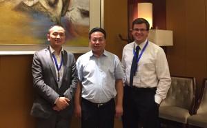 TANG Zheng, stellvertretender Direktor der CIIPAG, WANG Yongwei, Vize-Bürgermeister der Stadt Panjin und Lukas Neumayr, Verlagsleiter der Unternehmeredition am Rande des Matchmaking-Events (v.l.n.r.).