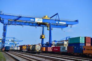 Container Richtung China werden in Duisburg auf Güterzüge verladen.