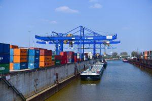 Container aus China werden in Duisburg auf ein Frachtschiff verladen.